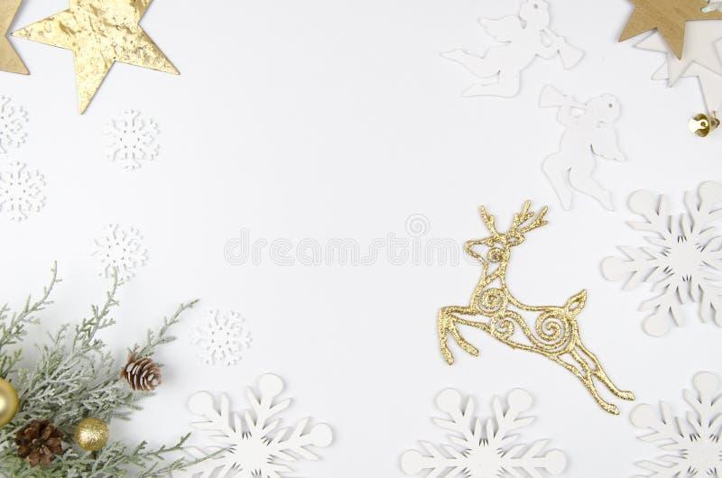 Lekmanna- utformad plats för julmodelllägenhet med julgarneringar, änglar, guld- hjortar, stjärnor och snöflingor kopia royaltyfri fotografi