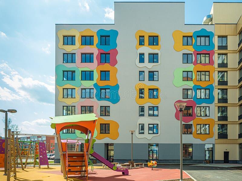 Lekplats för barn` s i ett modernt bostads- komplex royaltyfri fotografi