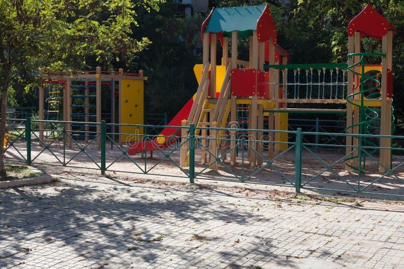 Lekplats för pojkar och flickor t y arkivbild