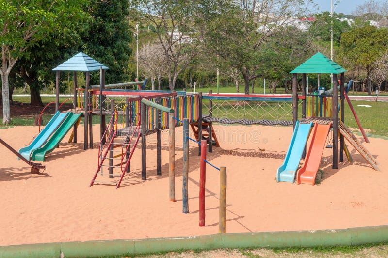 Lekplats för ungar med många glidbanor, gungor, leksaker för lek royaltyfri foto