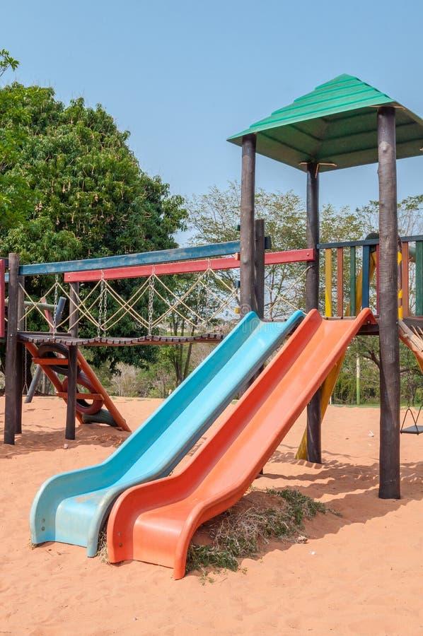 Lekplats för ungar med många glidbanor, gungor, leksaker för lek royaltyfria foton