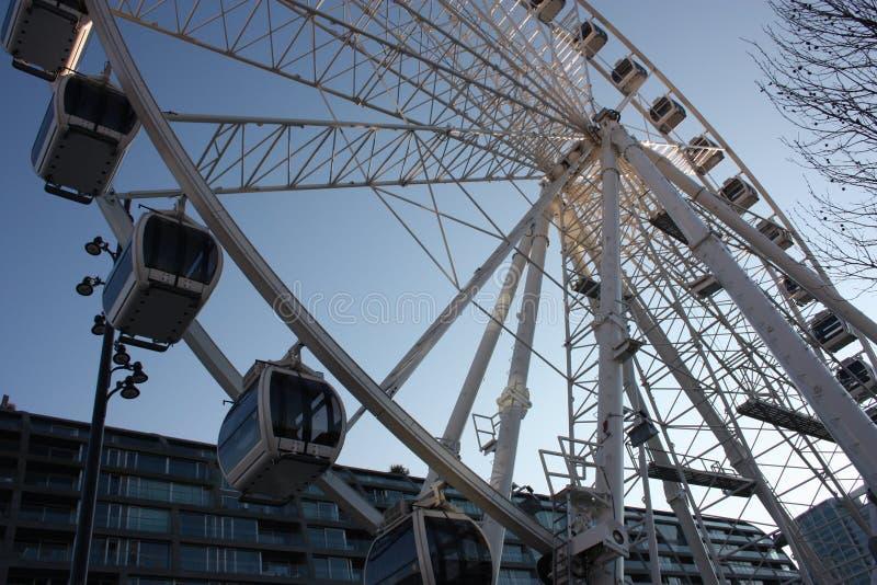 lekplats ferris rullar in marknadsfyrkanten av Rotterdam karusell som underifrån ses hög studentstruktur för turister och arkivfoton