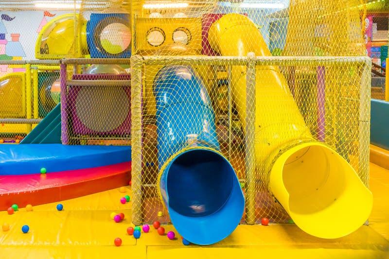 Lekplats i det inomhus nöjesfältet för barn arkivbild