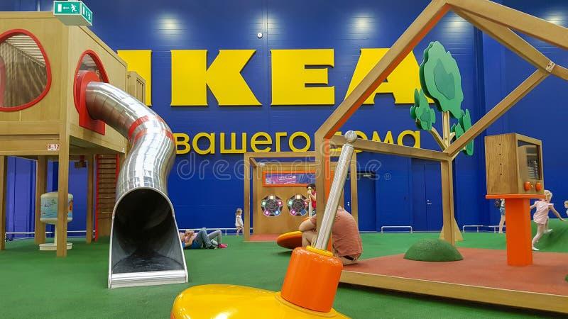 Lekplatsområde med barn som spelar i det IKEA lagret i köpcentret MEGA Parnas, St royaltyfri bild