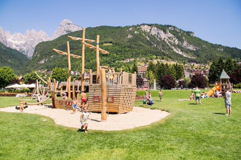 Lekplatsstrukturer med naturligt trä arkivbilder