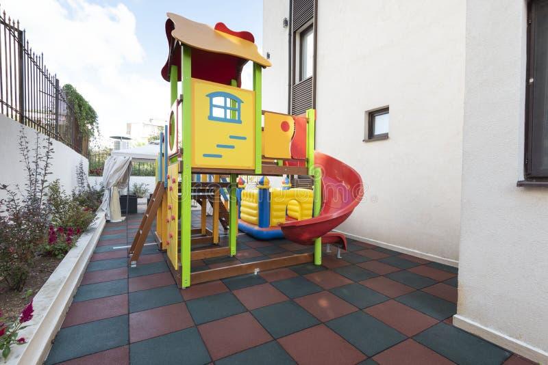 Lekplatsungezonen i ett hotell vilar territoriet Den moderna barnlekplatsen, barnlekplats på gårdaktiviteter parkerar in arkivfoton
