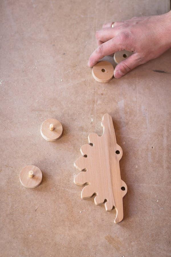 Leksak för dinosaurie för hjul för beståndsdel för ståendehandsnickare wood på royaltyfria foton