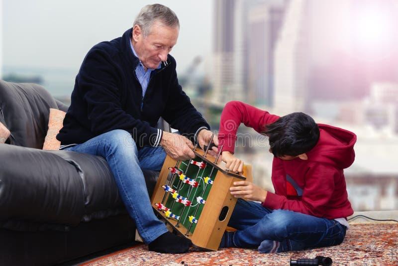 Leksak för farfar- och sonsonbyggnadsfoosball royaltyfri foto