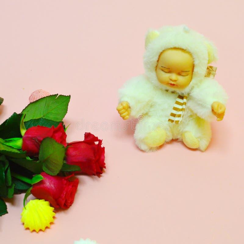 Leksak för flickan på rosa bakgrund fotografering för bildbyråer