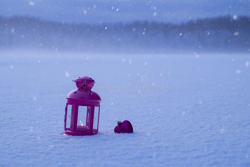Leksak för jul lykta och juli form av en hjärta i th royaltyfria foton