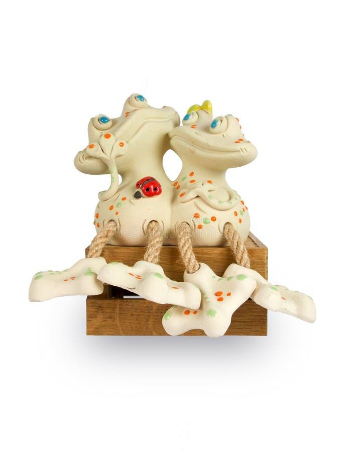 Leksak för två älska grodor i bakgrunden royaltyfri bild