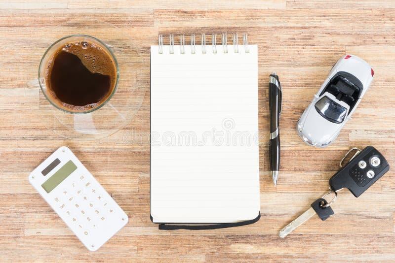 Leksakbil med anteckningsboken, räknemaskinen och kaffe royaltyfria bilder