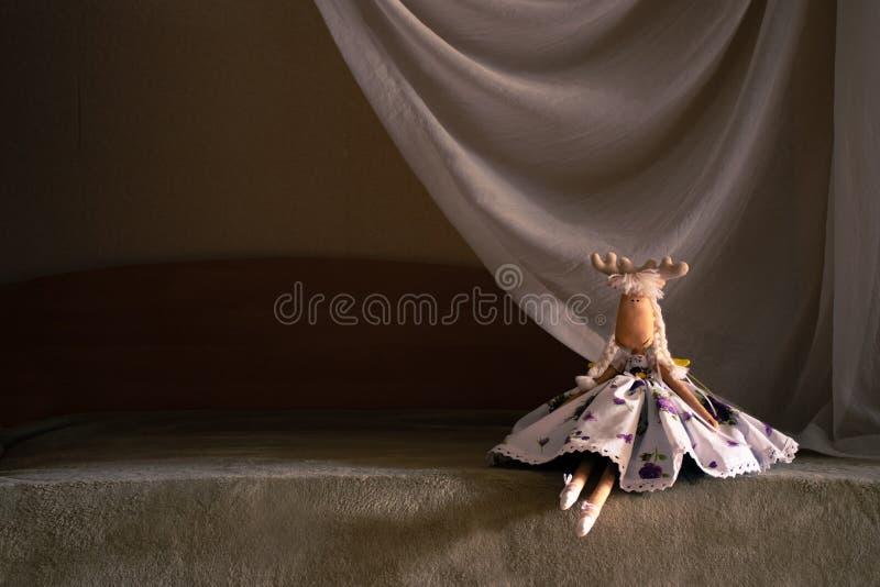 Leksakdansaren sitter på `-plats`en, Själv-gjorda leksakhjortar Iklädd dansarekläder royaltyfria foton