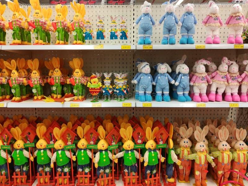 Leksaker för påskkanin på till salu hyllor fotografering för bildbyråer