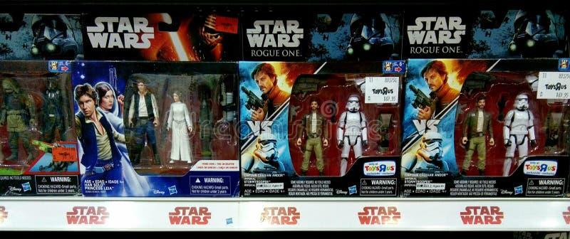 Leksaker för stjärnakrig på hyllor i shoppinggalleria arkivbild