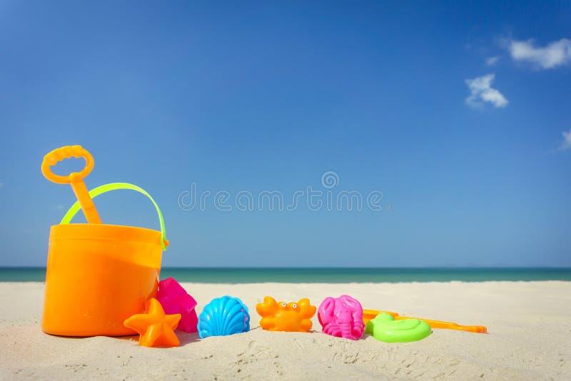 Leksaker för strand för barn` s på sand på en solig dag arkivfoton