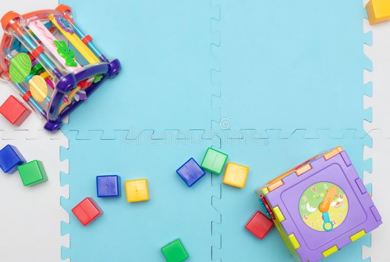 Leksaker för unga barn bildas toys Tidig utveckling royaltyfria foton