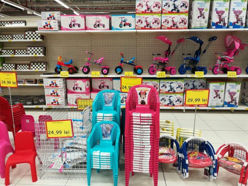 Leksaker och stolar på jumbolagret royaltyfri foto