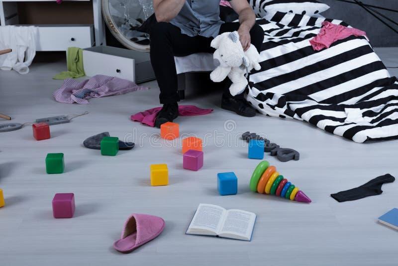 Leksaker på golvet fotografering för bildbyråer