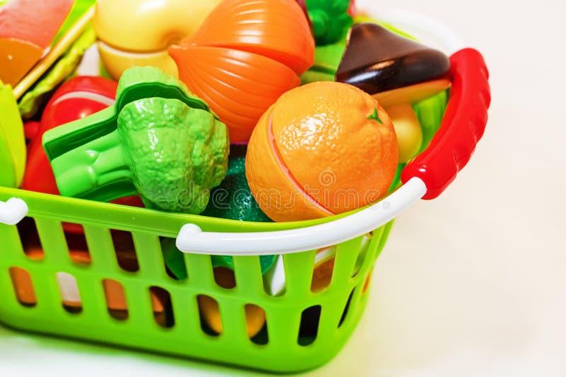 Leksakfrukter och grönsaker i den shoppa korgen sund mat En uppsättning av leksaker för leken i shoppar arkivbilder