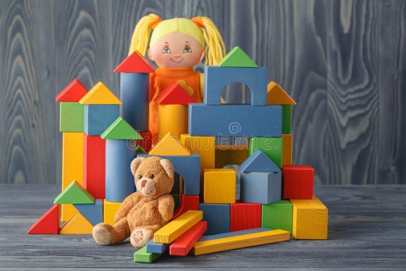 Leksakhus och docka med kvarter fotografering för bildbyråer