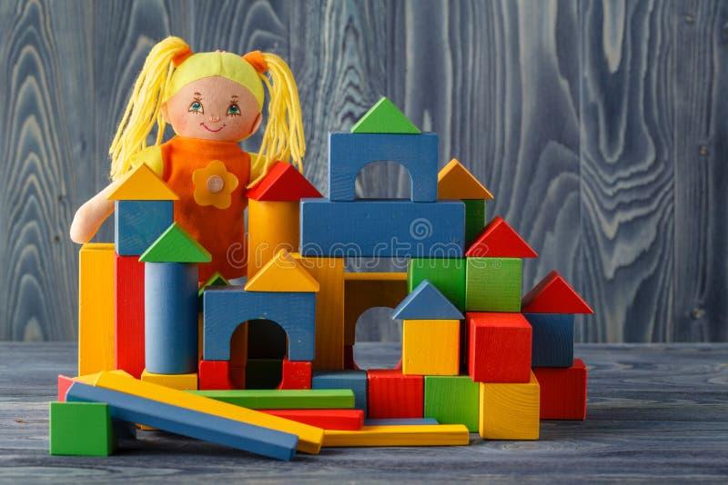 Leksakhus och docka med kvarter royaltyfri fotografi