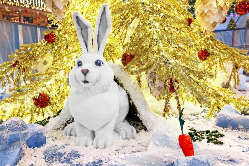Leksakkanin sitter under julgranen arkivbild