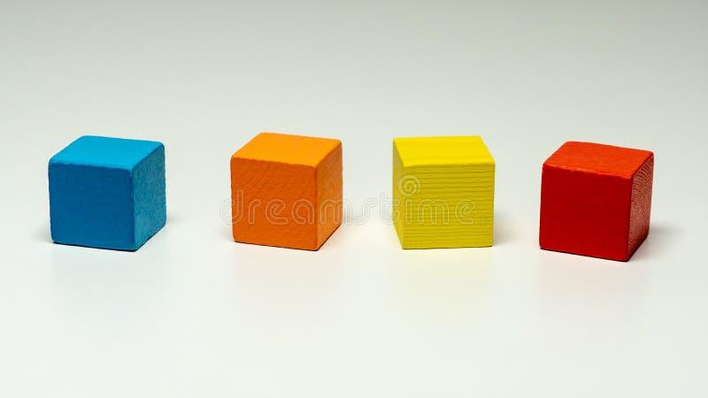 Leksakkvarter, flerfärgad trämodig kub arkivbilder