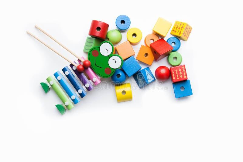 Leksakkvarter, flerfärgade träbyggnadstegelstenar, hög av färgrikt royaltyfri foto