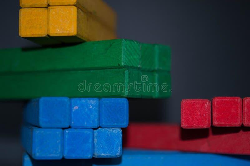 Leksakkvarter, flerfärgade träbyggnadstegelstenar, hög av färgrikt royaltyfri bild