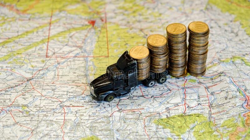 Leksaklastbil mycket av mynt Finansiell nyheterna, banklån, finans och pengarbesparingar royaltyfri fotografi