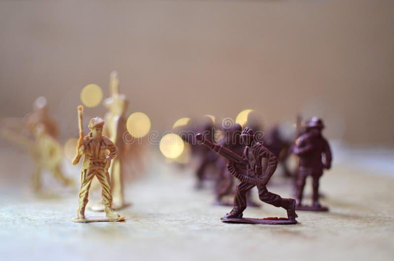 Leksaksoldater går att slåss arkivfoto