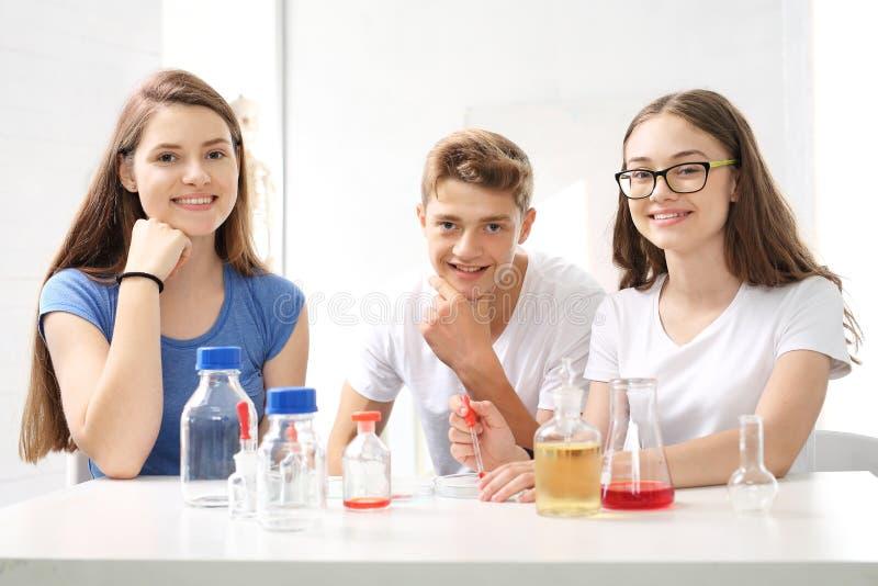 Lektionschemie, chemische Experimente stockfotos