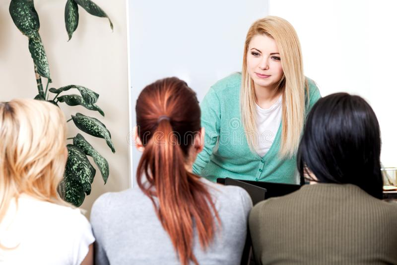 Lektionslehrerschulcomputergeschäfts-Teamarbeitsplatz-Klassenkamerad-Gruppenfrauenmänner trainieren Bank lizenzfreie stockfotografie