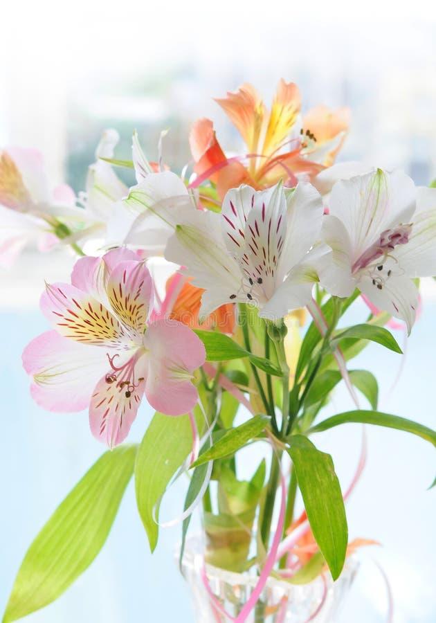 Lelie, boeket van lelies op een lichte achtergrond royalty-vrije stock afbeeldingen
