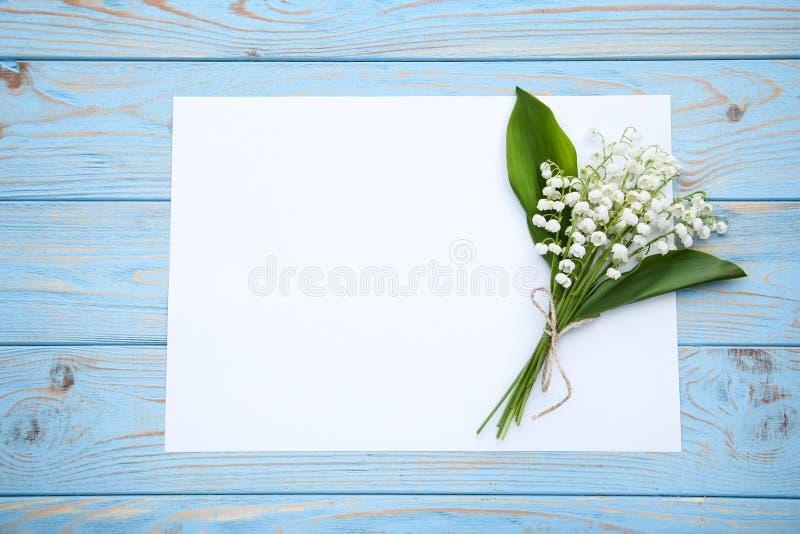 Lelietje-van-dalenbloemen met document royalty-vrije stock foto