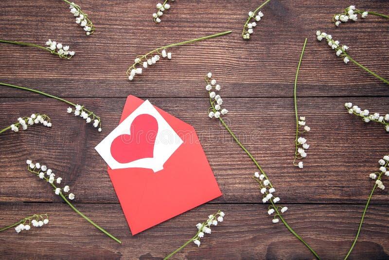 Lelietje-van-dalenbloemen met envelop royalty-vrije stock fotografie