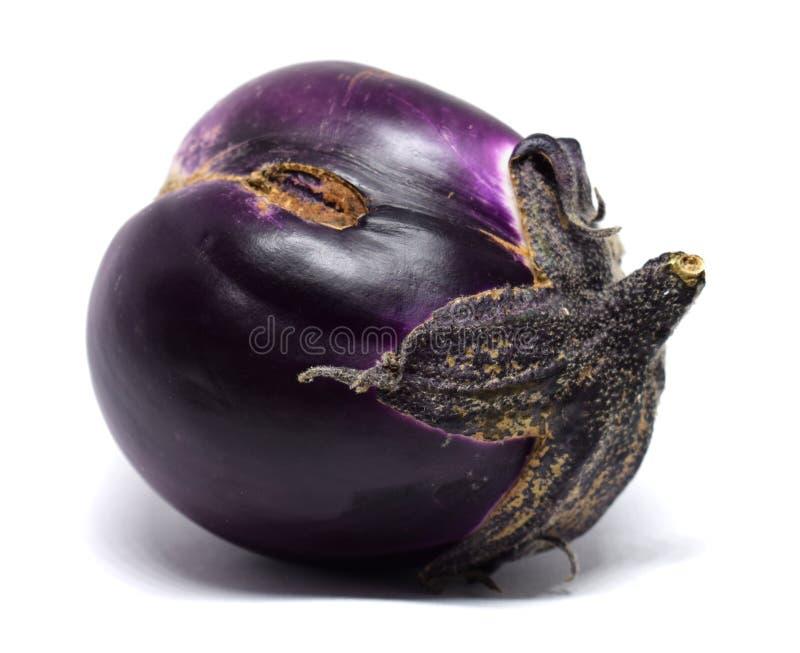 Lelijke die aubergine met het knippen van weg op een witte achtergrond wordt geïsoleerd Vers aubergineclose-up royalty-vrije stock afbeelding