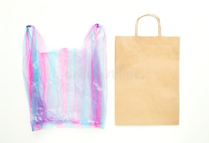 Lelijke plastic zak versus pakpapier rekupereerbare zak Verminder, gebruik en recycleer concept opnieuw Vlak leg royalty-vrije stock foto's