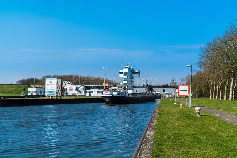Lelystad, Nederland die 11 april 2018, Vrachtschip varen aan stock fotografie