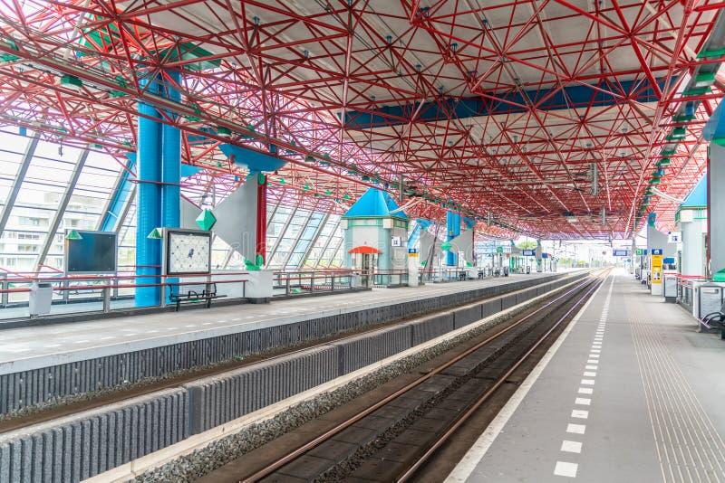 Lelystad, Paesi Bassi, il 27 aprile 2018, stazione ferroviaria vuota w fotografia stock