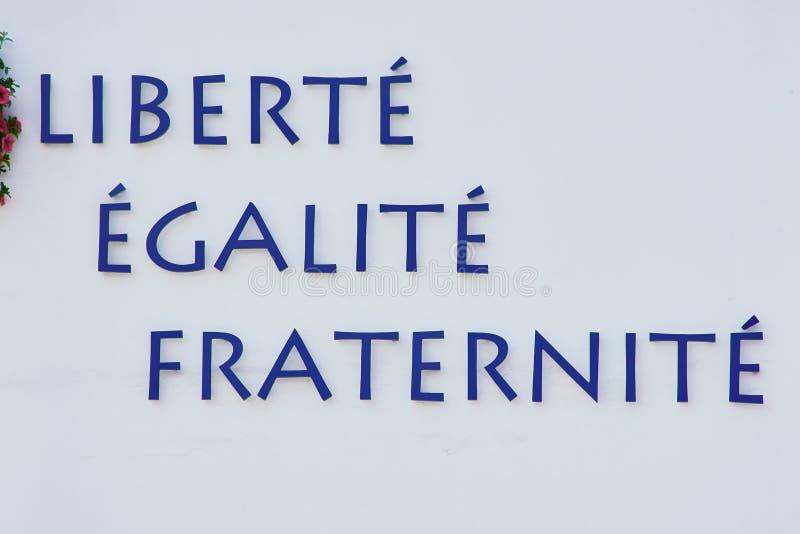 Lema de la Revolución Francesa en una pared blanca imagen de archivo libre de regalías