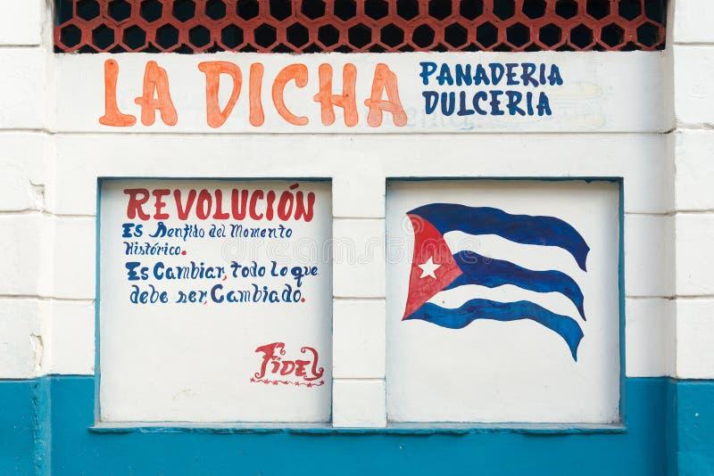 Lema revolucionario y bandera pintados en una pared en La Habana fotos de archivo libres de regalías