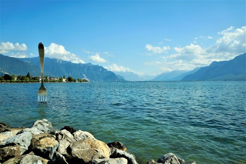 Leman sjö och Moutain sikt royaltyfri bild
