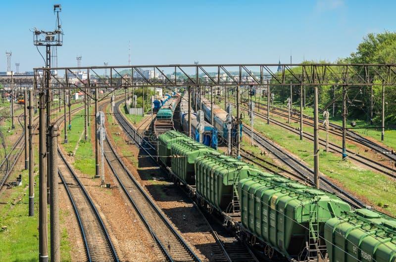 LEMBERG, UKRAINE - APRIL 2018: Der Bahnhof, auf dem es viele Güterzüge und Lastwagen gibt lizenzfreies stockfoto