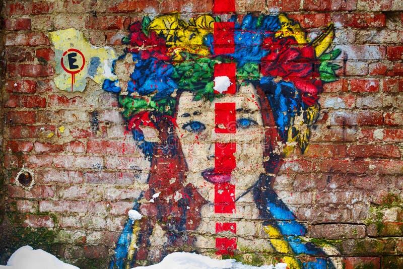 Lemberg, Ukraine - 13. Februar 2018 Graffiti, Porträt des ukrainischen Mädchens mit bunter Korolla stockbilder