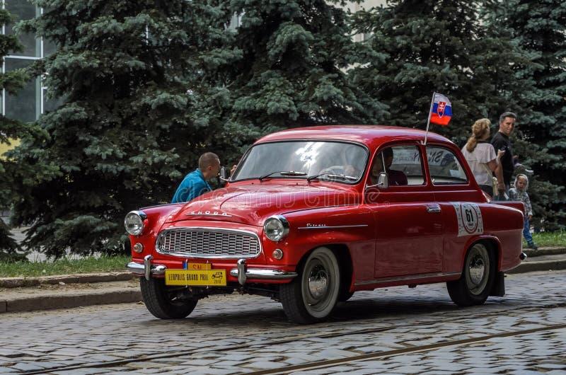 LEMBERG, UKRAINE - JUNI 2018: Alte Weinlese reitet Retro- Skoda-Auto durch die Straßen der Stadt lizenzfreies stockbild