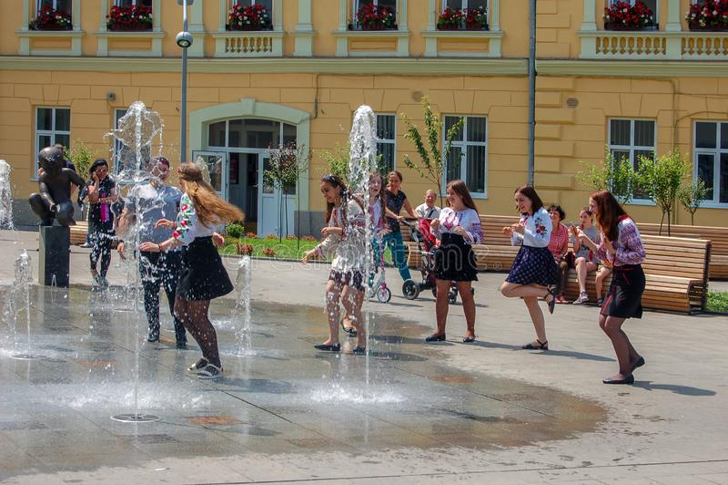 Lemberg, Ukraine, am 27. Juni 2017 Junge Mädchen in der nationalen Kleidung in den offenen Brunnen auf der Sommerstraße lizenzfreies stockbild