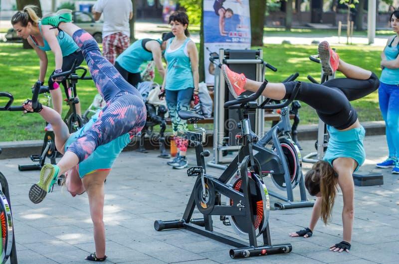 LEMBERG, UKRAINE - JUNI 2016: Junges reizend Sportmädchen in der Straße zeigt verschiedene Übungen auf Eignung lizenzfreie stockbilder