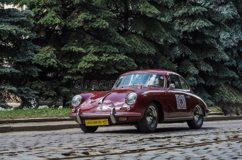 LEMBERG, UKRAINE - JUNI 2018: Retro- Auto Porsche der alten Weinlese reitet durch die Straßen der Stadt lizenzfreie stockfotografie